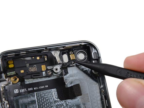 میکروفون طلایی رنگی که در کنار لنز دوربین اصلی آیفون 5s تعمیری قرار دارد را هم از روی درب پشت گوشی آزاد کنید.