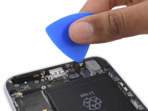 نوک پیک را در زیر اولین میکروفون طلایی رنگ آیفون 6 اس پلاس اپل قرار داده و آن را از روی لبه زیرین قاب گوشی جدا کنید.