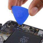 نوک پیک را در زیر دومین میکروفون طلایی رنگ آیفون 6 اس پلاس اپل قرار داده و آن را از روی لبه زیرین قاب گوشی جدا کنید.