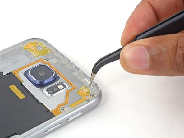 با پنس اطراف بدنه اصلی گلکسی S6 یا S6 Edge را هم تمیز کنید و باقی مانده های لاستیک آب بندی پیشین را از اطراف بدنه اصلی گوشی باز نمایید.