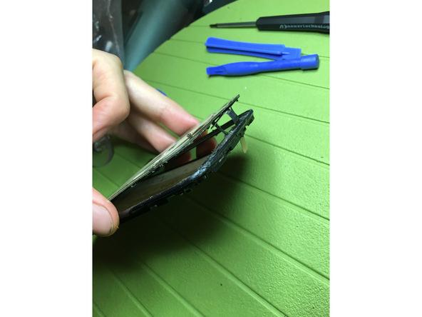 با سشوار یا آیاوپنر به هر چهار لبه شیشه روی ال سی دی Ascend G610 تعمیری گرمای نسبتا ملایمی اعمال کنید. اگر از سشوار استفاده کردید به هر یک از لبه های شیشه روی ال سی دی 30 الی 60 ثانیه گرما اعمال کنید.