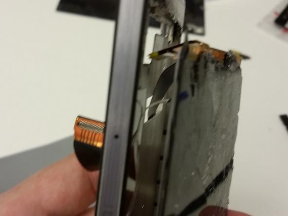 هوآوی P7 تعمیری را به صورت عمودی در دست بگیرید و ال سی دی گوشی را از داخل قاب آن به سمت بیرون هدایت کنید تا کاملا از روی فریم گوشی فاصله بگیرد.