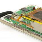 با نوک پنس سیم دکمه پاور و ولوم هوآوی P8 Lite تعمیری را از لبه سمت چپ قاب گوشی جدا کنید.