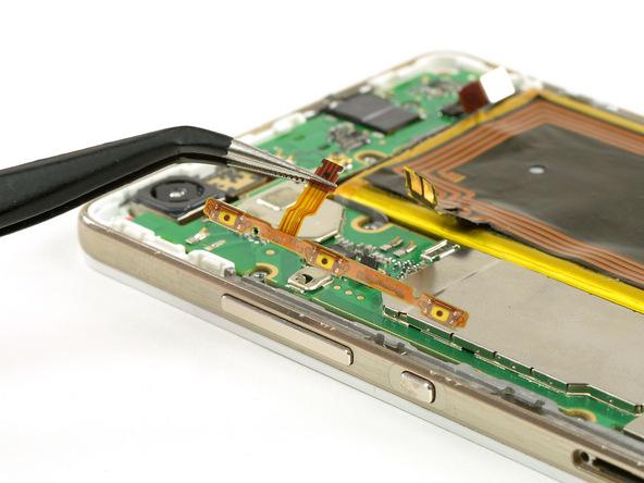 سیم دکمه پاور و ولوم هوآوی P8 Lite تعمیری را با نوک پنس از لبه سمت چپ قاب گوشی بردارید.