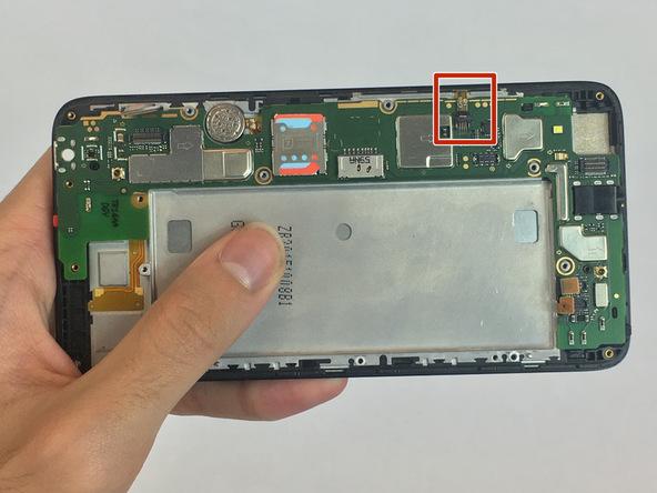 نوک اسپاتول سر گرد را خیلی آرام در زیر کانکتوری قرار دهید که روی لبه برد گوشی هوآوی SnapTo G620 نصب است و این کانکتور را به سمت بالا هول دهید تا کاملا آزاد شود.