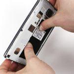گلکسی نوت 4 تعمیری را دقیقا مثل عکس اول در دستتان بگیرید. دقت کنید که انگشتان شست دو دست شما روی محل نشستن باتری گوشی قرار میگیرد و انگشتان اشاره دو دستتان هم روی لبه قاب گوشی قرار خواهند گرفت.