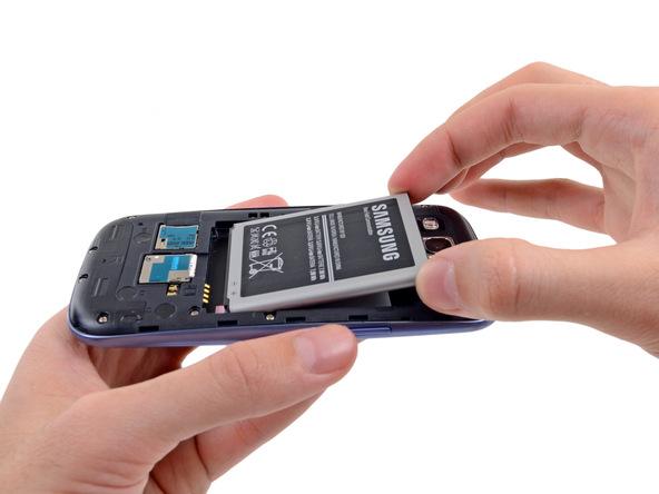 باتری گوشی را با انگشت گرفته و از روی بدنه خارج کنید.