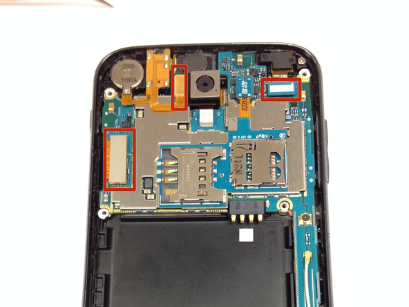 چهار کانکتوری که در عکس دوم با رنگ قرمز مشخص شدهاند را از روی برد گوشی باز کنید.