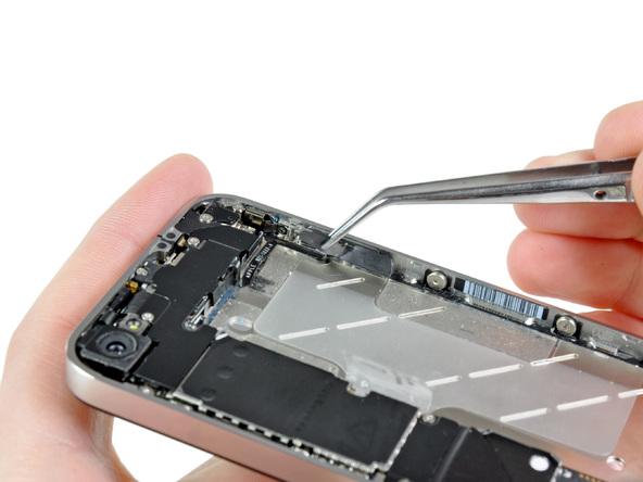 با نوک پنس چسبی که پشت براکت دکمه ولوم آیفون 4 نصب شده را از آن جدا کنید.