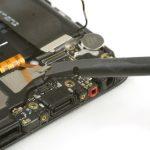 کانکتور اسپیکر هوآوی P10 تعمیری را هم با اسپاتول سر صاف از روی سوکتش آزاد نمایید.