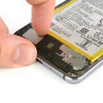 محفظه اسپیکر هوآوی P10 Lite تعمیری را با دست گرفته و کاملا از بدنه گوشی جدا نمایید.