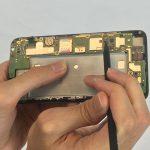 سیم کانکتور مذکور را با اسپاتول از لبه برد گوشی هوآوی SnapTo G620 تعمیری دور کنید.