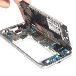 پنل میانی گوشی را به صورت کتابی از با در دست گرفتن یکی از لبه های طولی آن باز نمایید.