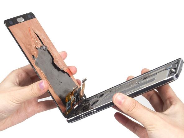 ال سی دی گوشی را با دست گرفته و به صورت کامل از بدنه گلکسی نوت 4 تعمیری جدا کنید.