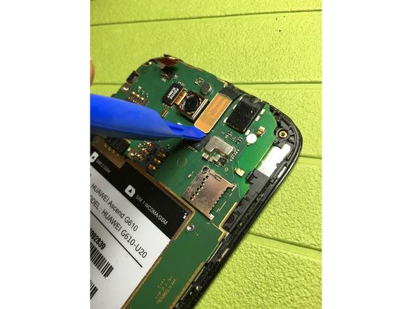 نوک قاب باز کن پلاستیکی را به آرامی زیر کانکتور تاچ (دیجیتایزر) اسند G610 تعمیری فرو برده و آن را از روی سوکتش آزاد کنید.