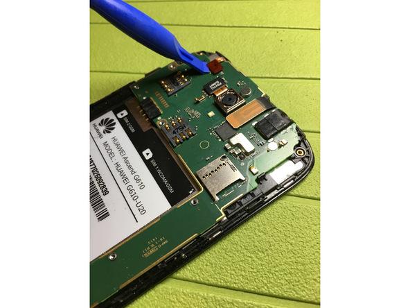 با نوک قاب باز کن یا اسپاتول سر صاف کانکتور سنسور نور Ascend G610 تعمیری را هم از گوشه برد آن آزاد کنید.