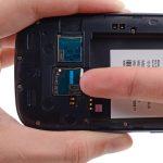 با ناخن یا نوک اسپاتول لبه سیم کارت گوشی را به سمت داخل هول دهید تا سیم کارت آزاد شده و قابل جداسازی شود.