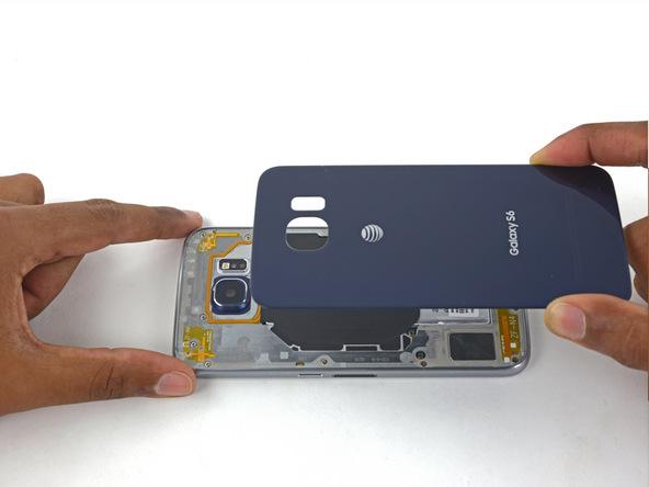 لبه فوقانی درب پشت گلکسی S6 یا S6 Edge را روی بدنه اصلی گوشی بنشانید. این مرحله از کار باید خیلی دقیق انجام شود.