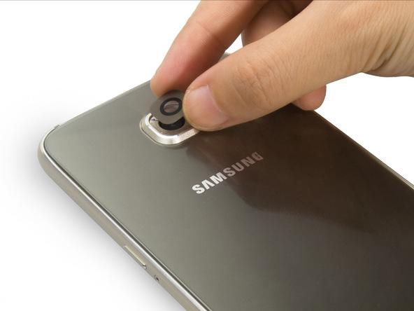 شیشه لنز دوربین اصلی گلکسی اس 6 سامسونگ را روی رینگر قرار دهید تا به چسب زیر آن بچسبد.