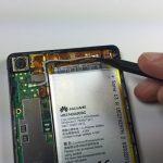 با نوک اسپاتول یا پنس کانکتور سیم آنتن فوقانی هوآوی اسند پی 6 (Huawei Ascend P6) را از لبه فوقانی قاب گوشی آزاد کنید.
