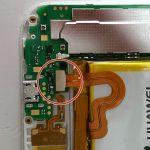 نوک اسپاتول سر صاف را زیر کانکتور باتری گوشی Ascend G7 تعمیری قرار داده و خیلی آرام آن را به سمت بالا هول دهید تا از روی سوکتش آزاد شود. محل دقیق کانکتور باتری اسند جی 7 در عکس اول نشان داده شده است.