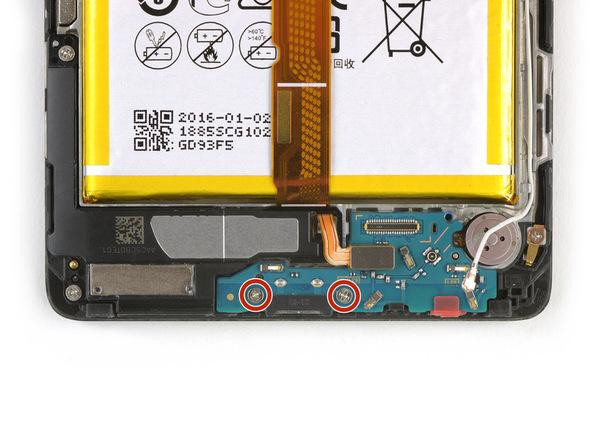 دو پیچ فیلیپس #000 که در عکس اول با رنگ قرمز مشخص شدهاند را از لبه زیرین قاب میت 8 تعمیری باز کنید. این دو پیچ فلت شارژ گوشی را روی قاب آن نگه میدارند.