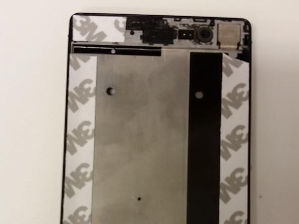 چسب های قبلی که در اطراف فریم ال سی دی وجود داشتند و با جداسازی LCD متلاشی شدهاند را کاملا از لبه های فریم گوشی تمیز کنید.
