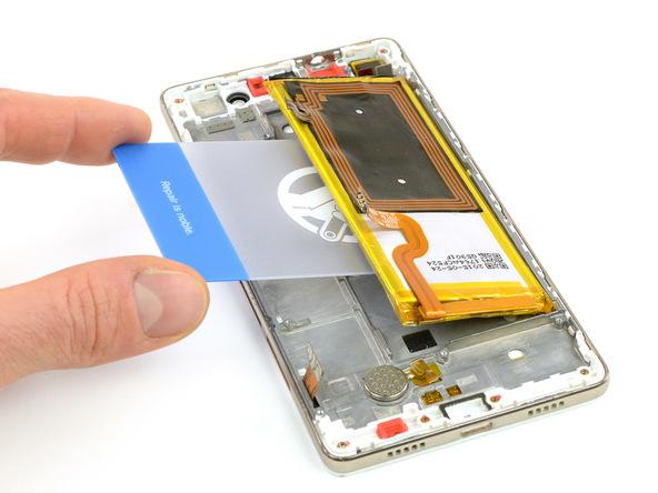 قاب باز کن کارتی را از سمت چپ به زیر باتری هوآوی P8 Lite تعمیری فرو برده و خیلی آرام سعی کنید باتری گوشی را از روی قابش بلند نمایید. وقتی لبه باتری از جایگاهش بلند شود، آن را با دست گرفته و به سمت چپ بکشید تا باتری کاملا از قاب گوشی جدا شود.