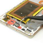 با نوک پنس اسپیکر مکالمه هوآوی P8 Lite تعمیری را از لبه فوقانی قاب گوشی برداشته و جدا نمایید.