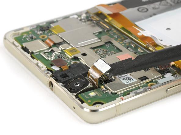 کانکتورهای لنز دوربین اصلی و جک هدفون هوآوی P8 Lite تعمیری را به گونهای که در عکس نمایش داده شده با اسپاتول سر صاف از روی برد گوشی آزاد کنید.