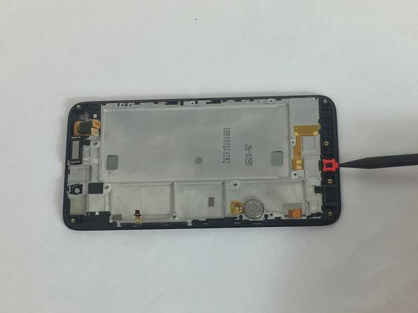 با نوک اسپاتول سر گرد میکروفون گوشی هوآوی SnapTo G620 را از لبه زیرین قاب آن جدا کنید. محل دقیق نصب این میکروفون در عکس اول مشخص شده است.