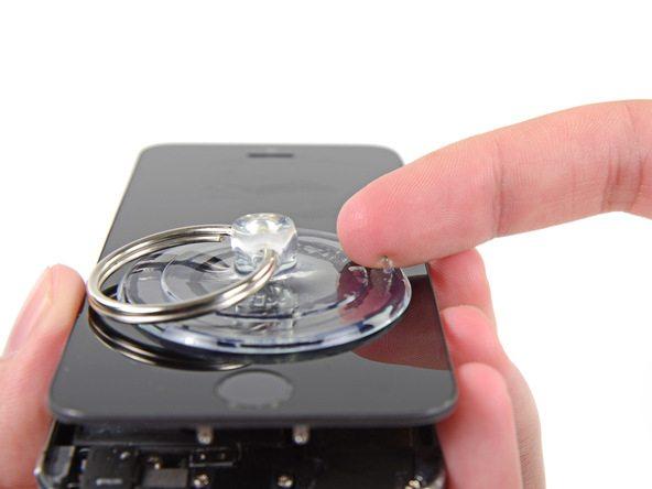 ساکشن کاپ را از روی صفحه نمایش آیفون SE تعمیری بردارید.