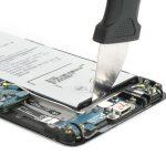 در لبه زیرین باتری گلکسی A5 2016 سامسونگ یک براکت پلاستیکی قرار دارد که به نوعی باتری گوشی را در جایگاهش کیپ میکند. به آرامی نوک کاتر یا پیک را به زیر این براکت فرو برده و آن را از زیر باتری جدا کنید.