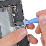 نوک قاب باز کن پلاستیکی را سمت چپ کانکتور سوکت شارژ آیفون 4 تعمیری قرار دهید و مثل حالت قبل سمت راست کانکتور مذکور را هم آزاد کنید.
