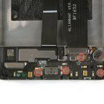 چهار پیچ فیلیپس #000 که در عکس سوم با رنگ قرمز مشخص شدهاند را از روی برد ثانویه یا همان فلت شارژ هوآوی Mate 9 تعمیری باز کنید.