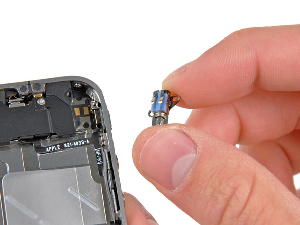 به آرامی موتور ویبره یا همان ویبراتور آیفون 4 تعمیری را از گوشه قاب دستگاه جدا کنید.