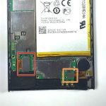 کانکتور ال سی دی هوآوی Ascend P6 تعمیری را با اسپاتول و خیلی آرام از روی برد گوشی آزاد نمایید.