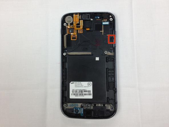 یک گیره یا براکت در پشت دکمه ولوم Galaxy S2 T989 قرار دارد که محل دقیق نصب آن در عکس اول با رنگ قرمز مشخص شده است. این براکت یا گیره را با نوک پنس گرفته و از پشت دکمه ولوم بردارید.