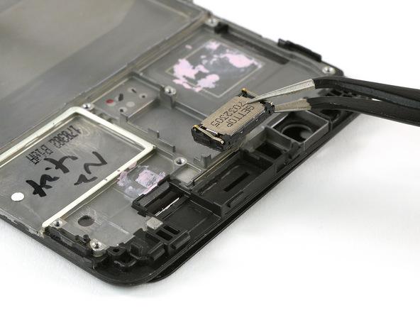 اسپیکر مکالمه هوآوی میت 9 تعمیری را با پنس از لبه فوقانی قاب گوشی جدا نمایید.