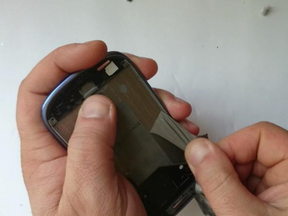 ابتدا باقی مانده های چسب ال سی دی پیشین را از روی فریم گلکسی اس 3 مینی پاک کنید. برای انجام این کار از پیک یا قاب باز کن پلاستیکی استفاده نمایید.