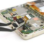 لنز دوربین اصلی گوشی را با پنس گرفته و به آرامی از لبه فوقانی قاب هوآوی پی 9 لایت (Huawei P9 Lite) تعمیری جدا کنید.
