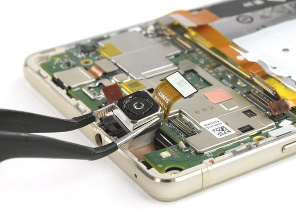 لنز دوربین اصلی و جک هدفون هوآوی P9 Lite تعمیری را با پنس از لبه فوقانی قاب گوشی جدا کنید.