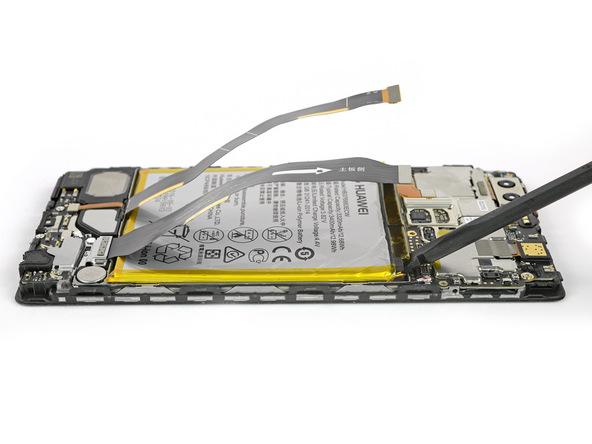 به آرامی نوک اسپاتول سر صاف یا یک قاب باز کن کارتی را از لبه فوقانی به زیر باتری هوآوی پی 9 پلاس (Huawei P9 Plus) فرو ببرید و به تدریج باتری گوشی را به سمت بالا هدایت کنید تا از روی قاب گوشی بلند شود.