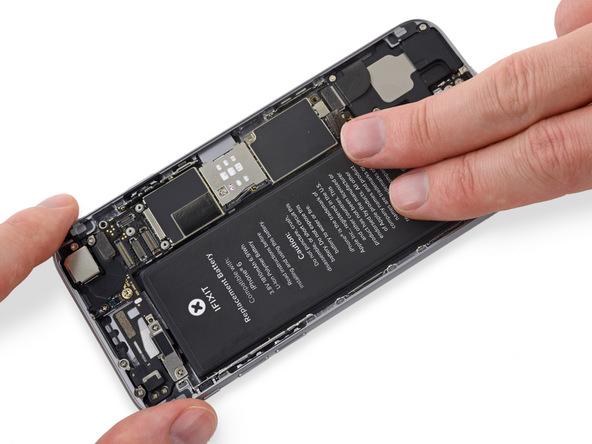 با انگشت خود باتری آیفون را روی قاب پشت گوشی فشار دهید تا کاملا بر روی آن محکم شود. به همین سادگی نصب چسب نگهدارنده باتری آیفون را انجام دادهاید.