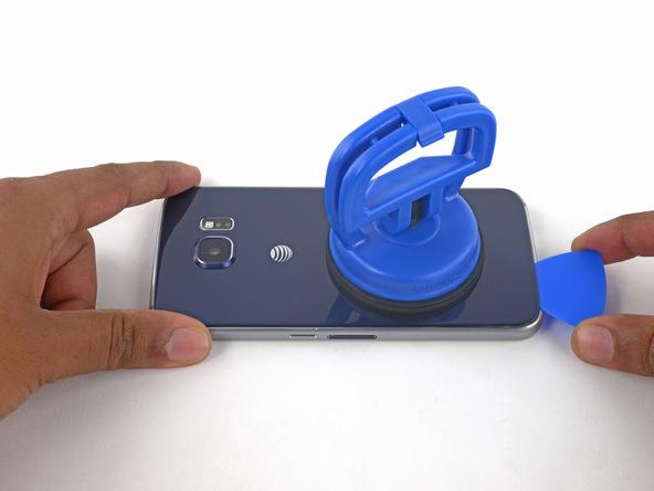 به آرامی پیک را از لبه زیرین قاب گوشی به سمت چپ قاب هدایت کنید. با انجام این کار باید لاستیک آب بندی که در اطراف قاب گوشی تعبیه شده را متلاشی سازید.