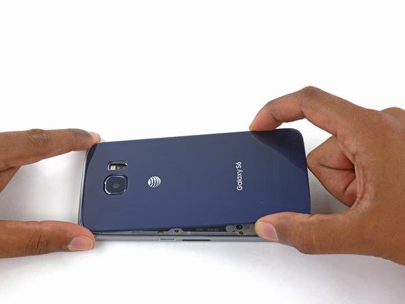 به تدریج درب پشت گلکسی S6 یا S6 Edge را کاملا روی بدنه گوشی قرار داده و به اطراف آن فشار وارد کنید تا درب پشت و بدنه گوشی محکم به هم متصل شوند. به همین سادگی نصب لاستیک آب بندی درب پشت Galaxy S6 Edge انجام شده است. چنانچه در رابطه با هر یک از مراحل تعمیر موبایل سوالی داشتید، میتوانید از کارشناسان موبایل کمک راهنمایی بخواهید.
