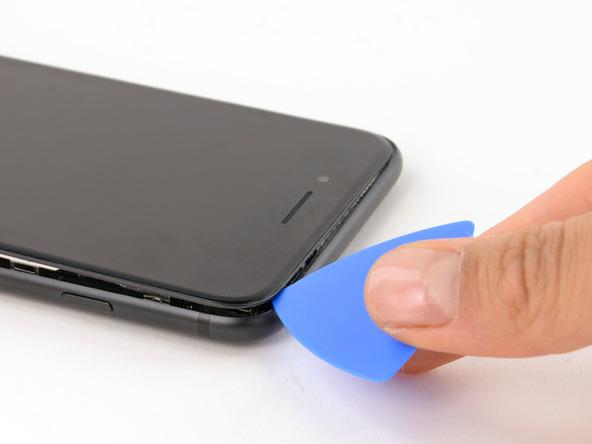 با یک پیک لبه فوقانی آیفون 7 پلاس تعمیری را هم شل کنید و لاستیک آب بندی این بخش از بدنه گوشی را هم تا حد امکان از بین ببرید.