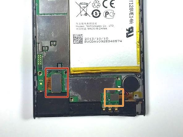 نوک اسپاتول سر صاف یا قاب باز کن را در لبه سمت راست کانکتور ال سی دی هوآوی Ascend P6 تعمیری قرار داده و خیلی آرام این کانکتور را به سمت بالا هول دهید تا از روی سوکتش آزاد شود. دقت کنید که کانکتور ال سی دی هوآوی اسند پی 6 در عکس اول با رنگ قرمز مشخص شده است.