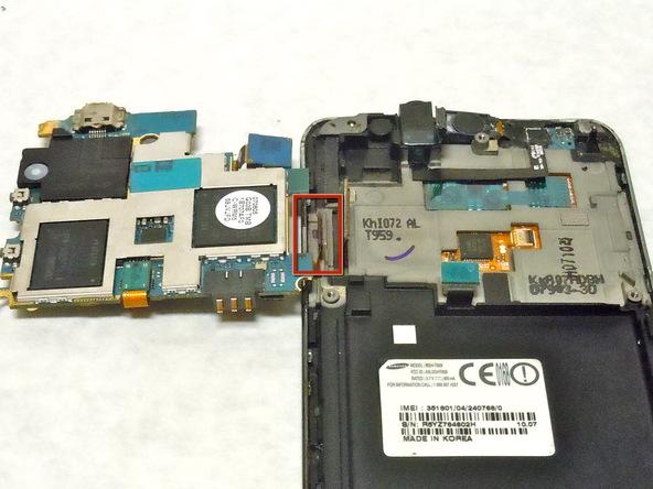 لبه سمت راست مادربرد را خیلی آرام با نوک ییک یا اسپاتول از روی بدنه Galaxy S Vibrant بلند کنید.