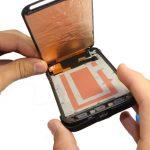 لبه زیرین ال سی دی گلکسی اس 5 اکتیو تعمیری را با انگشت گرفته و به صورت کتابی از روی بدنه اصلی گوشی بلند کنید.